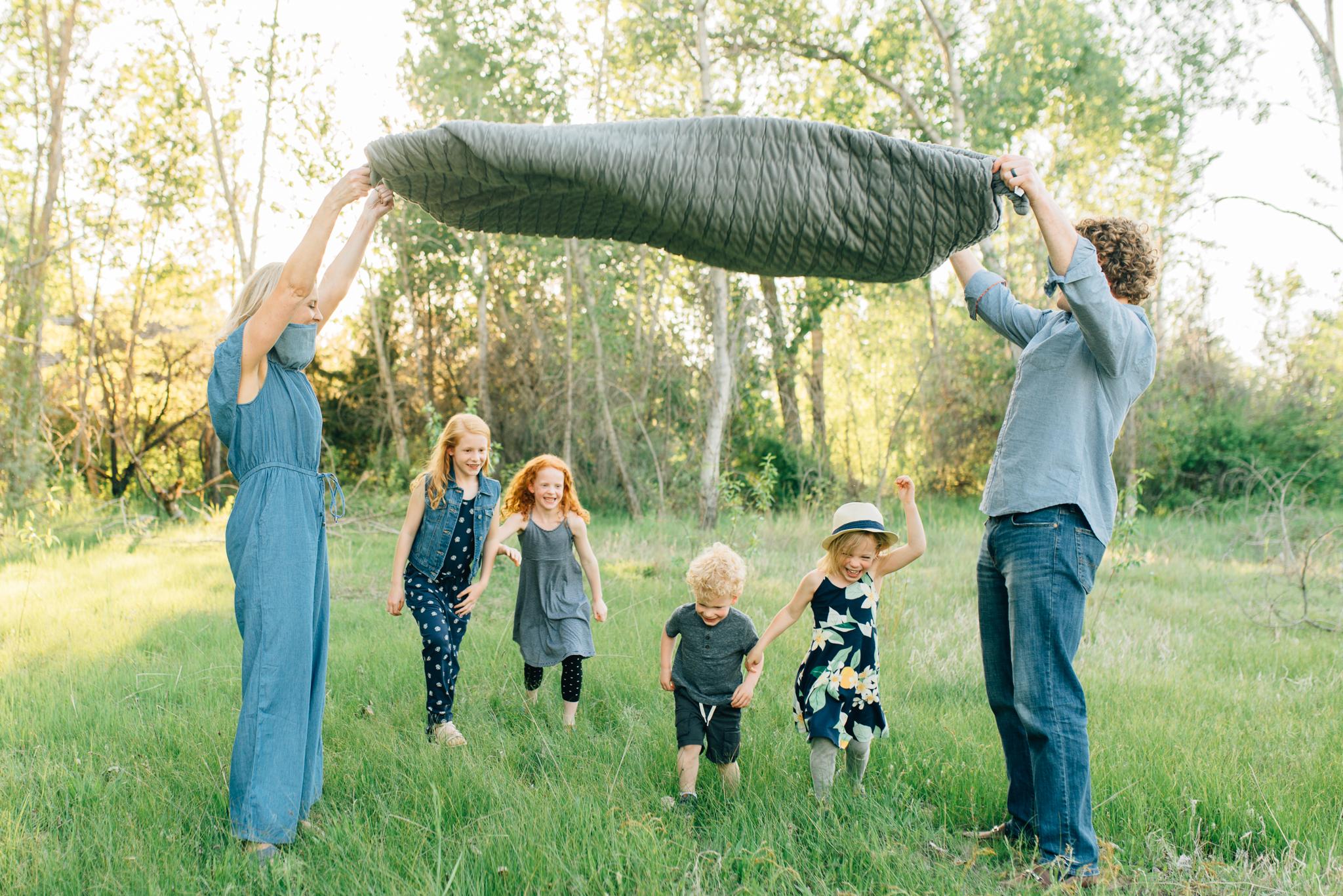 boise family lifestyle session| barber park | boise family photographer | kids running under blanket