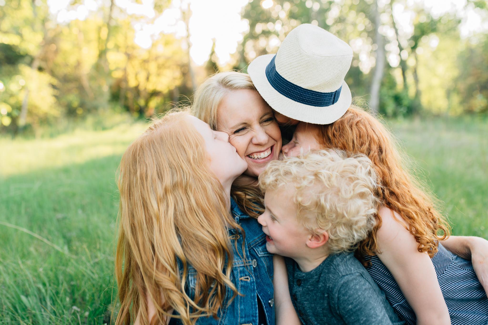 boise family lifestyle session| barber park | boise family photographer | kids kissing mom
