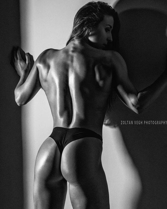 @kristina_brunauer #studioshoot #zoltanveghphotography #fitnessphotography #girlswholift #girlswithmuscles #blackandwhite #fitnessgirls