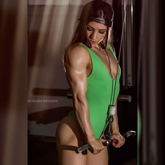 On the way to Fibo I stopped in Bonn to shoot with @lisa_msw 😉💪 at @therocketpalace #zoltanveghphotography #fitnessphotography #fibo2019 #fibo #girlswholift #girlswithmuscles #bikiniwellness