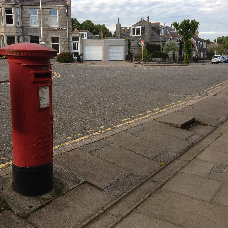 Edward VIII pillar box on Desswood Place