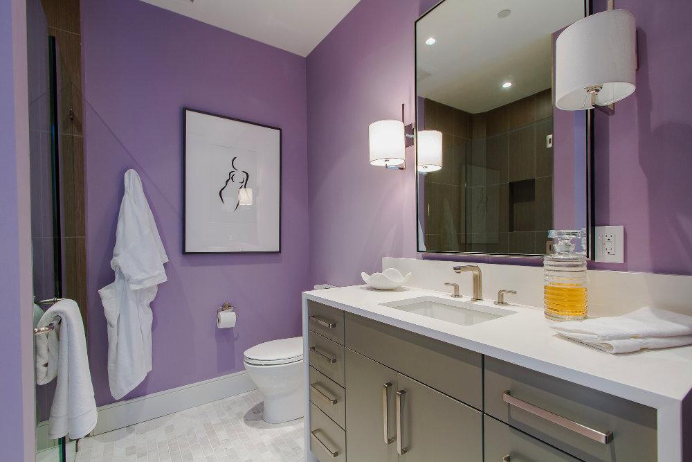 Baño de Visitas Elegante en Color Gris y Pasteles con Cubierta de Quarzo y Puertas de Lujo