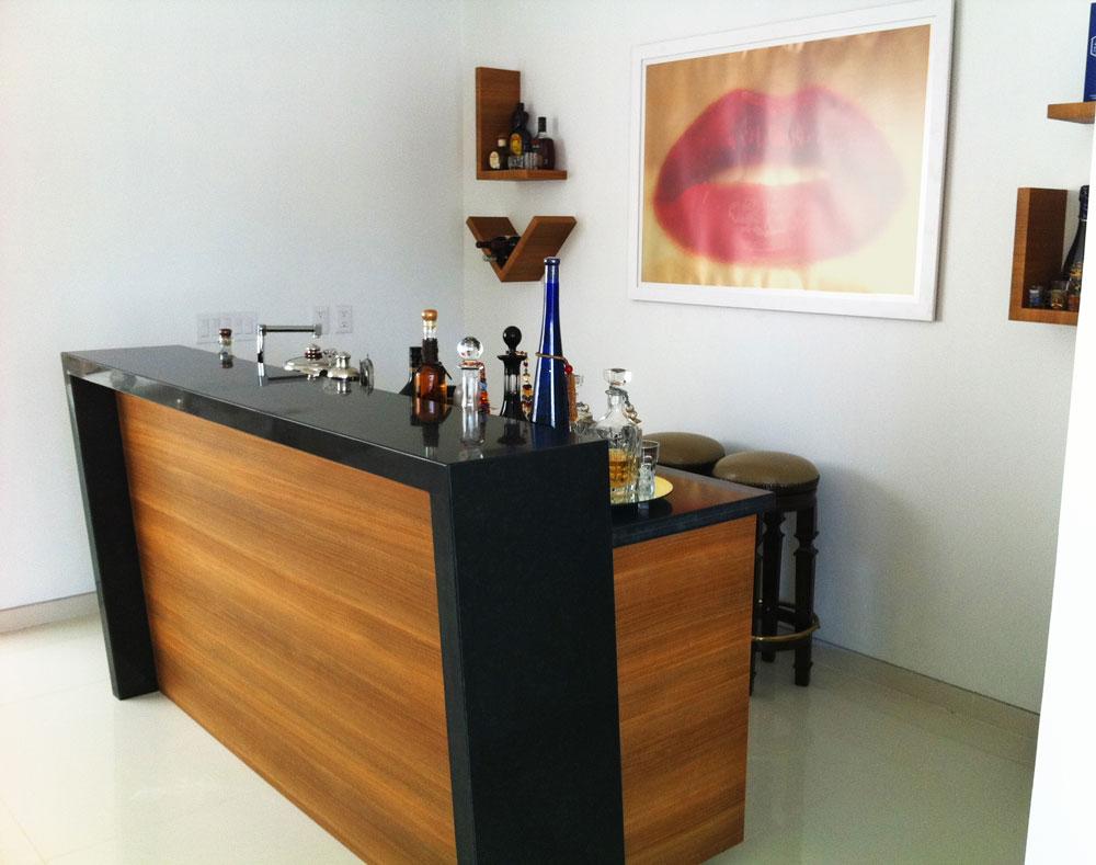 Bar en Diagonal con Repisas Modernas para Botellas.jpg