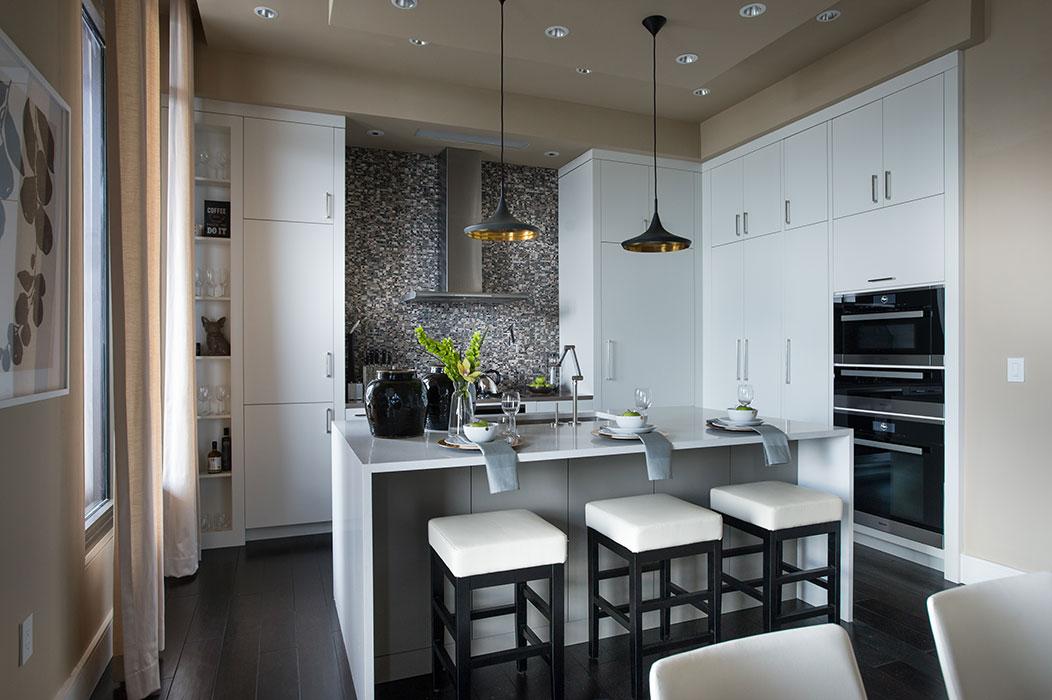 Diseño Moderno en Gris y Blanco con Grapa Desayunadora de Cuarzo, Iluminacion LED y Splash de Lujo