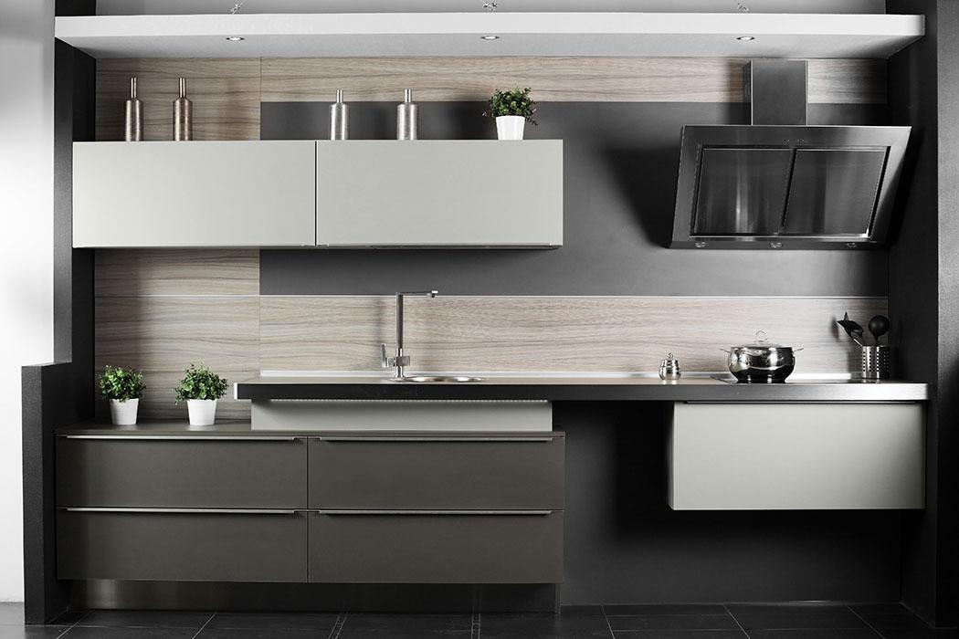 Cocina Integral Pequeña color Gris con Campana Moderna en Diagonal
