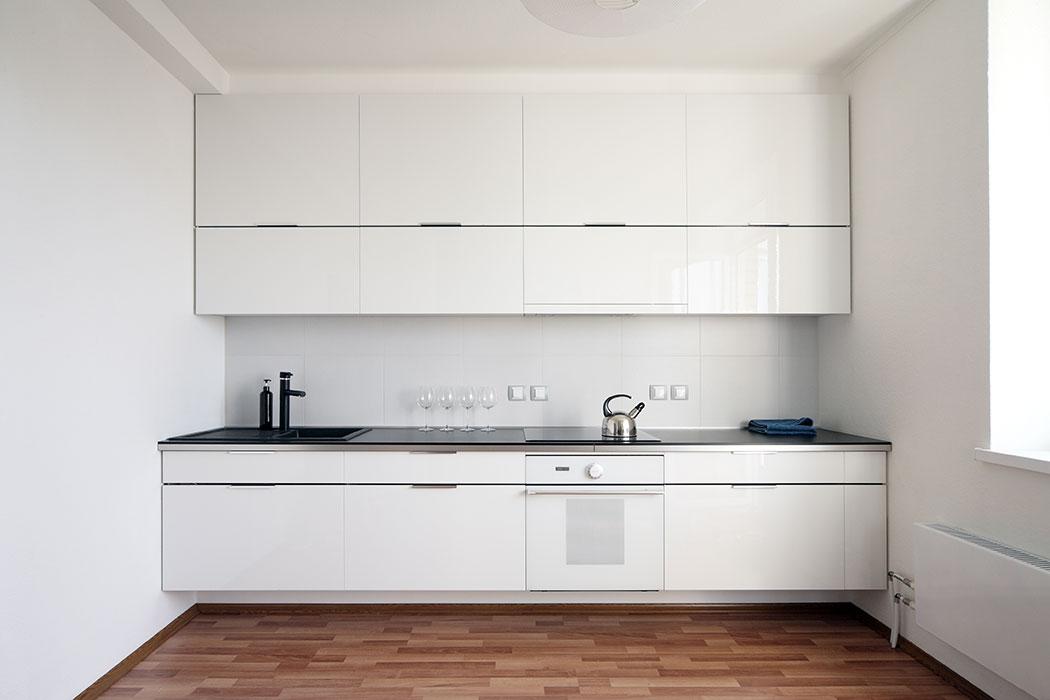 Diseño Minimalista en Alto Brillo y Cuarzo Blanco