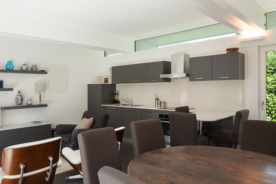 Integración Entre Cocina Moderna y Sala de Estar (Mueble para TV).