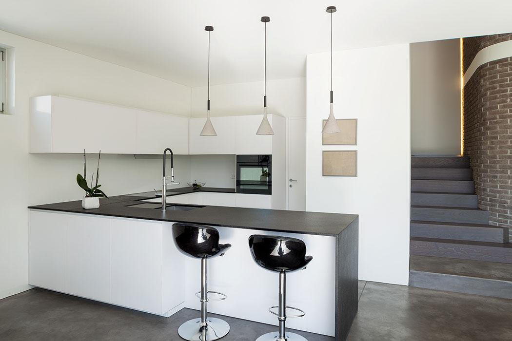 Diseño de Cocina Integral para Departamento con Barra Desayunadora de Granito