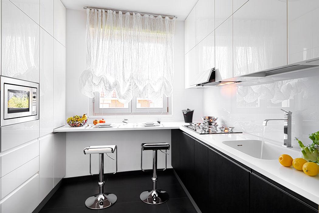 Kitchen Depot. Diseño de Lujo Blanco & Negro con Barra Desayunadora Intermedia.