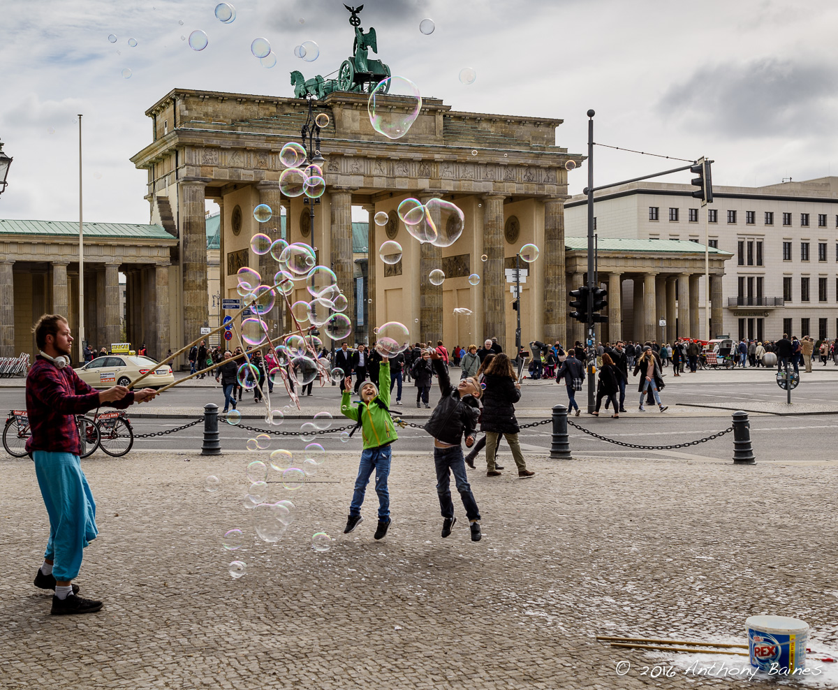 Bubbles and the Brandenburg Gate