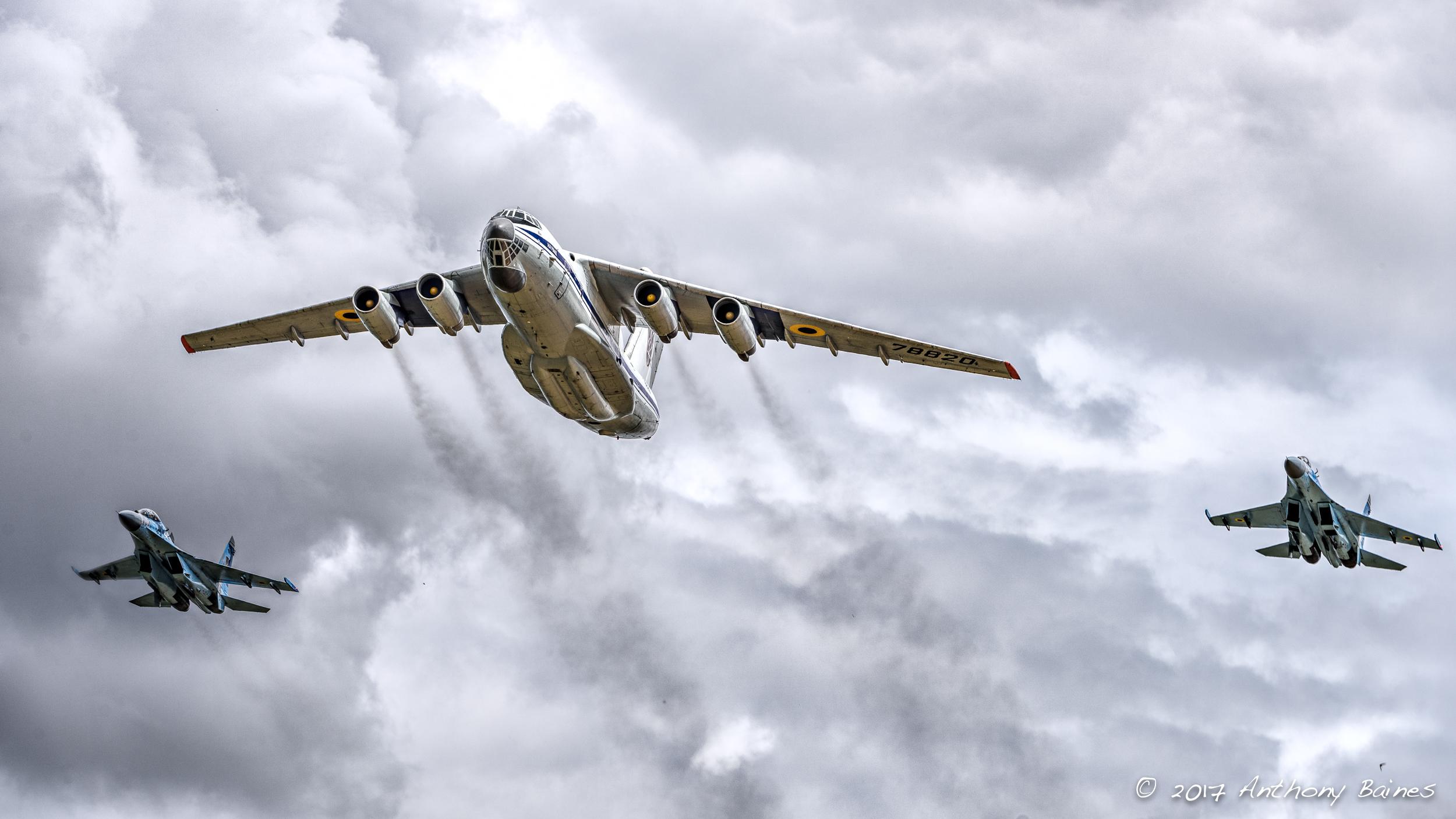 Two Ukrainan Su-27 and an IL-76