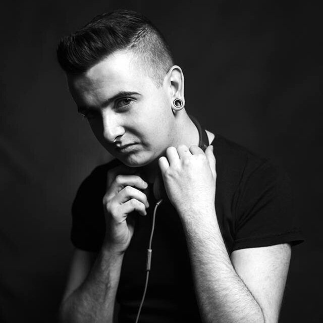 Native: Belfast... Energetic/Upbeat/Youthful   Gareth Woods is a Radio Presenter and Voice Over Artist based in Belfast. Currently broadcasting on Q Radio, Gareth's fresh and uplifting voice has been used for advertising including SPAR NI.