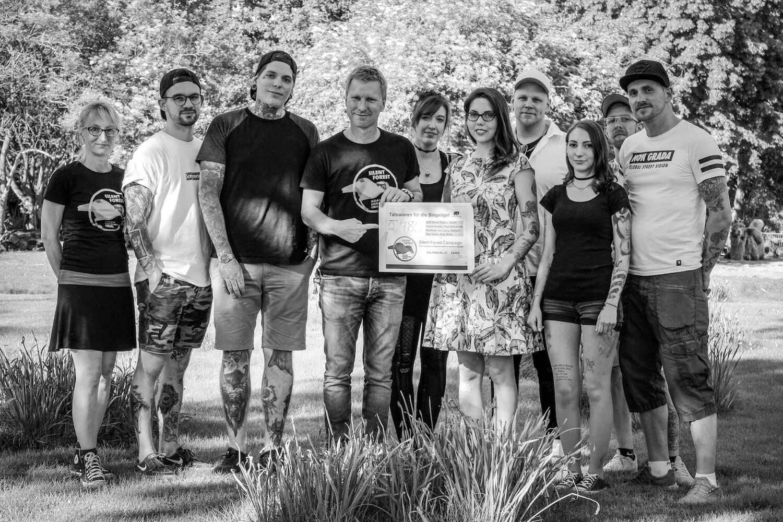 Die Truppe der fleißigen Tätowierer, zusammen mit Bernd Marcordes, dem Kurator des Zoo Köln und Mitverantwortlicher für das Vogelschutzprojekt und Birgit Schäfer, der Organisatorin der Tattooaktion.
