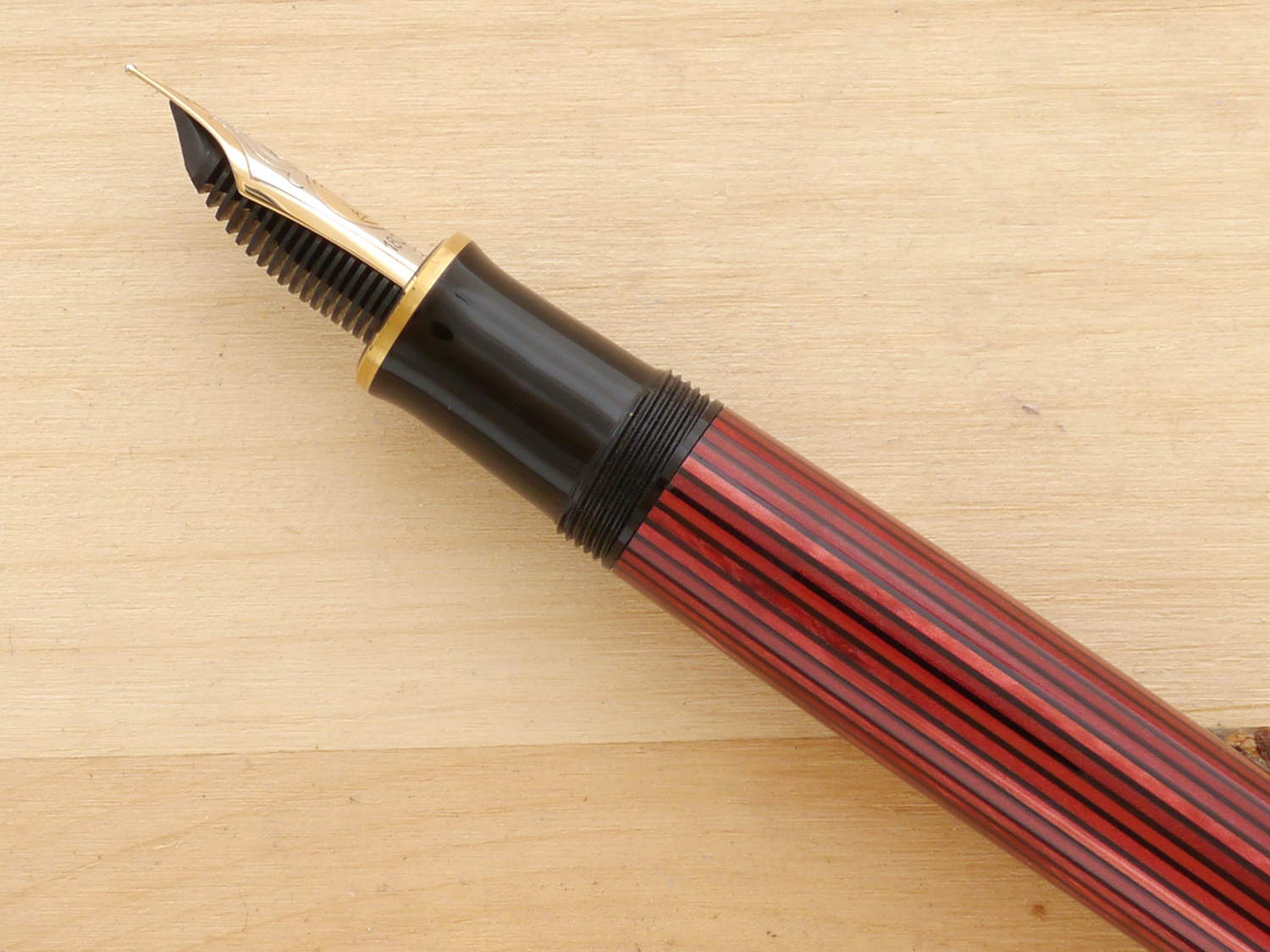 Pelikan Souverän M800, Red Stripe, XF, nib profile showing excellent tipping geometry and alignment