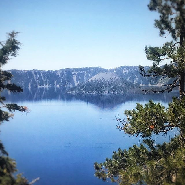 View of #wizardisland in #craterlake from the East Rim Drive 🌋🔵 #nationalparks #traveloregon #deepandblue #exploregon #firstnaturetours