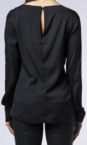 asami-blouse-i-svart-ahlvar-bak.jpg