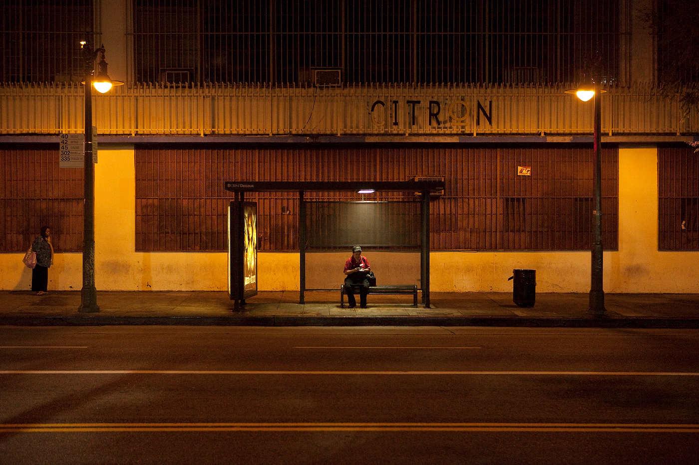 DOWNTOWN LOS ANGELES, CALIFORNIE, LE 11 MAI 2011: Vers minuit, une femme Latina employée de Mc Donald attend le bus 4, qui fonctionne 24h/24, au coin de Venice et Broadway. Malgrès un effort de revitalisation en partie réussi et la naissance de quelques quartiers branchés, une grande partie de downtown LA est vide la nuit. En l'absence de traffic, les bus y roulent sans encombre, fréquenté principalement par de travailleurs Latinos et des SDF. La majorité des usagers de transport public à Los Angeles sont des travailleurs Latinos pauvres (photo Gilles Mingasson pour Le Monde2).