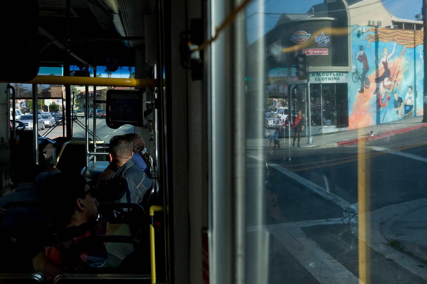 SILVERLAKE, LOS ANGELES, CALIFORNIE, LE 09 MAI 2011: Le bus 302 (ou 2) qui relie downtown Los Angeles et le PCH (Pacific Coast Highway) en suivant Sunset Blvd. traverse Silverlake, un quartier bobo/artiste/branch�. Le bus 302 (ou 2) transporte principalement des Latinos, dont beaucoup de femmes de m�nage et nounous. La majorit� des usagers de transport public � Los Angeles sont des travailleurs Latino pauvres (photo Gilles Mingasson pour Le Monde2).