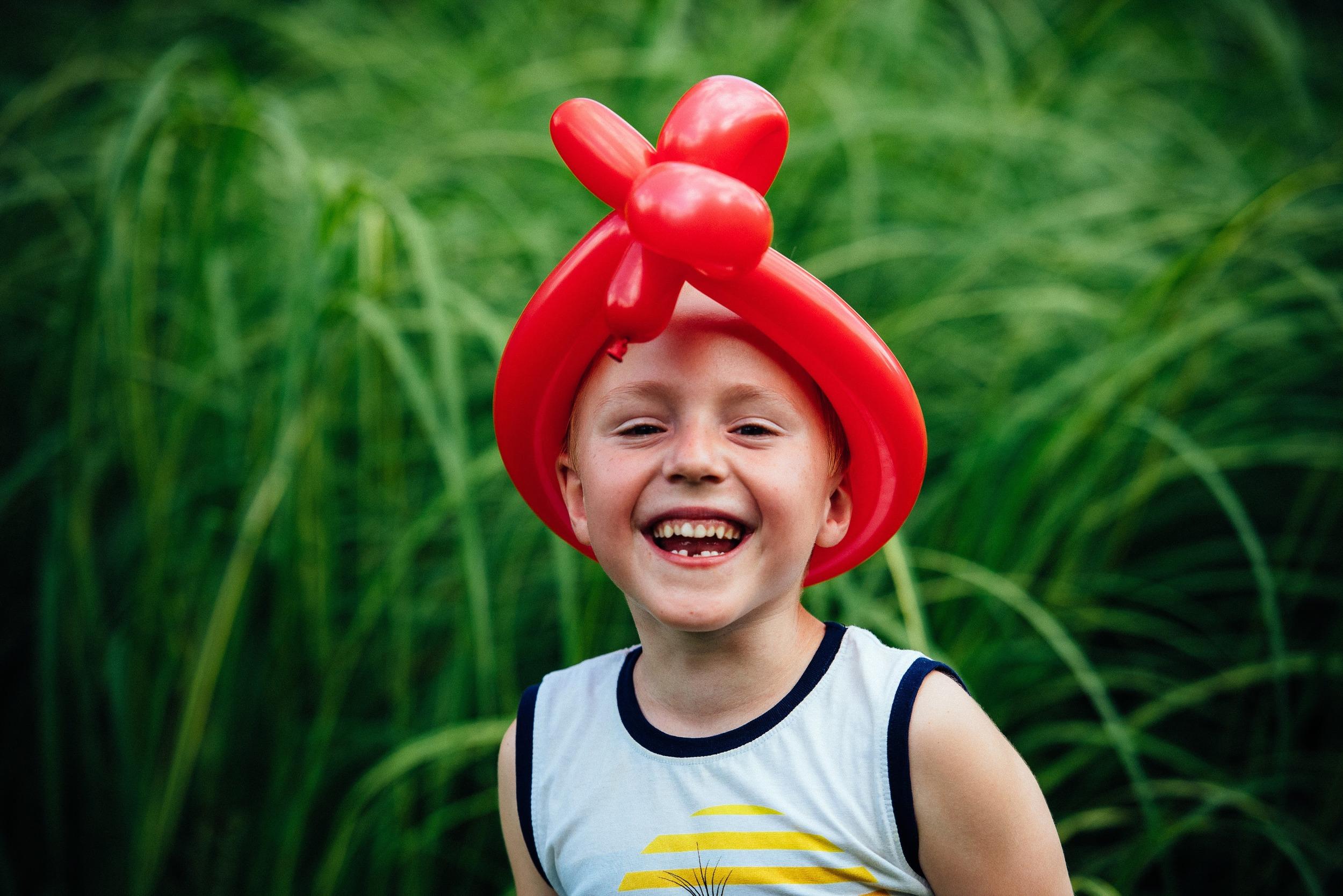 Portrait Junge mit Luftballon