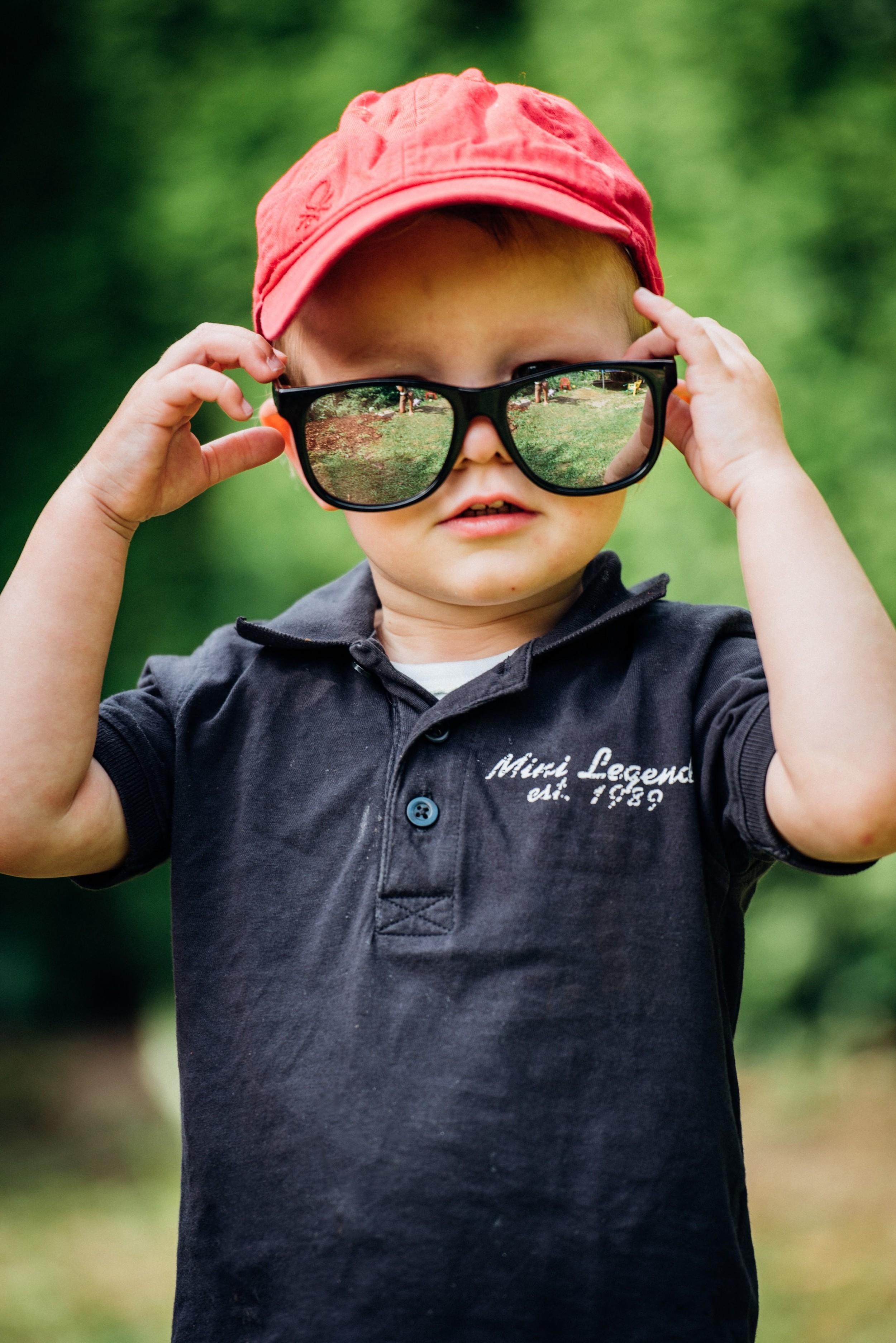 Portrait Junge im Garten
