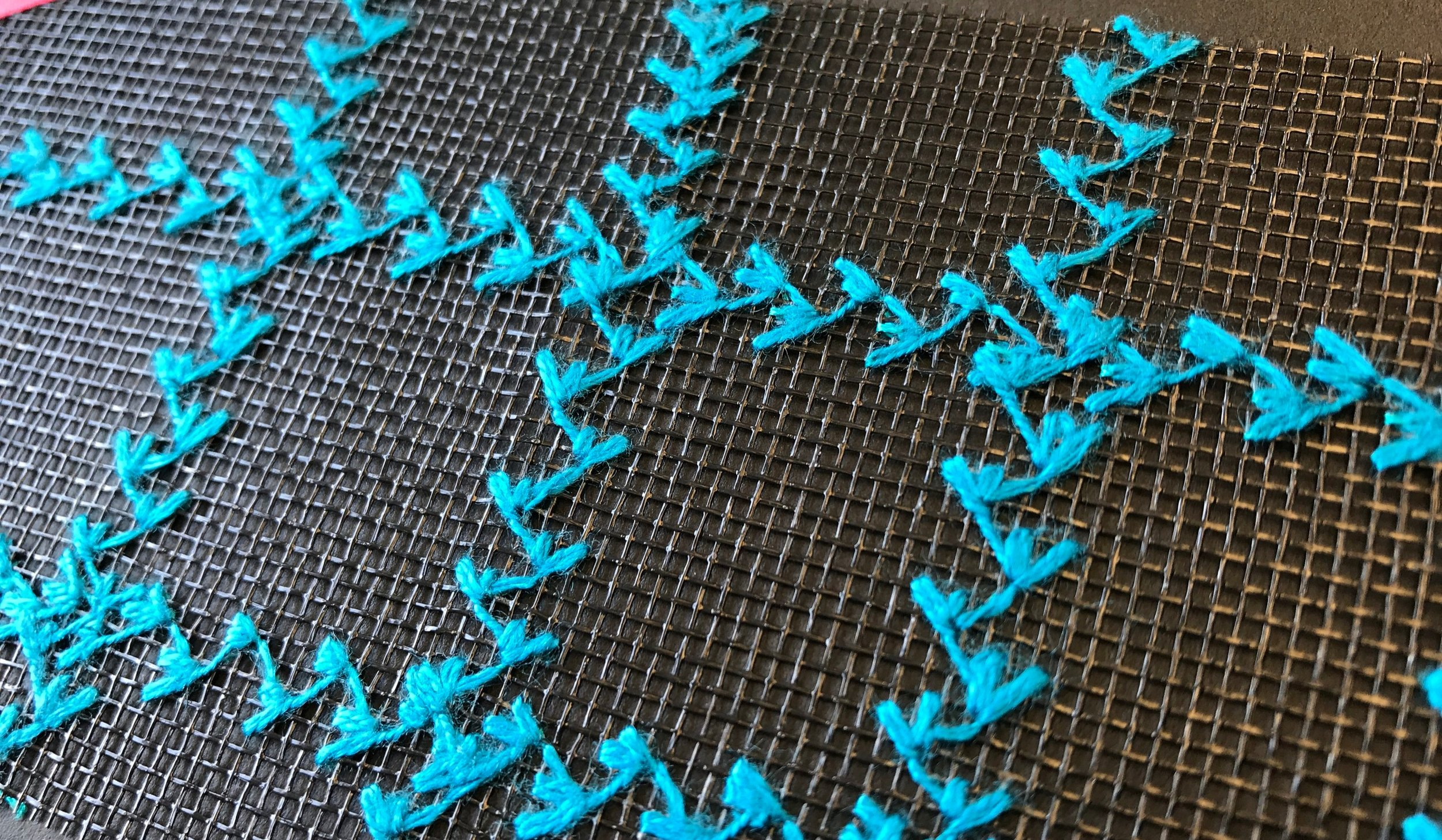 Decorative seams made of wool-like effect thread (Gunold's FILAINE) on a nylon grid material