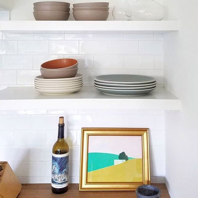 Always fans of a fabulous shelfie, and this simple California cool one by @byrdesignla is no exception😍. Featuring Hora by Itzu Rimmer now on Artfully Walls