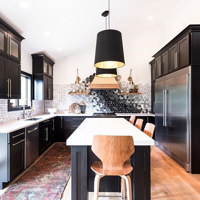 Can we talk about this stunning mosaic @construction2style put in their kitchen? Not only do I love black cabinets with white counter contrast, but the tile work is an incredible showpiece! 😍 #kitchendesign #kitchendecor #blackkitchen #blackcabinets #kitchenobsession #kitcheninspiration #mosaictile #kitchensofinstagram #homedesign #realestate #realestateporn #bostonrealty #bostonrealestate #bostonrealestateagent #buysellinvest #behappybehomebefortunate