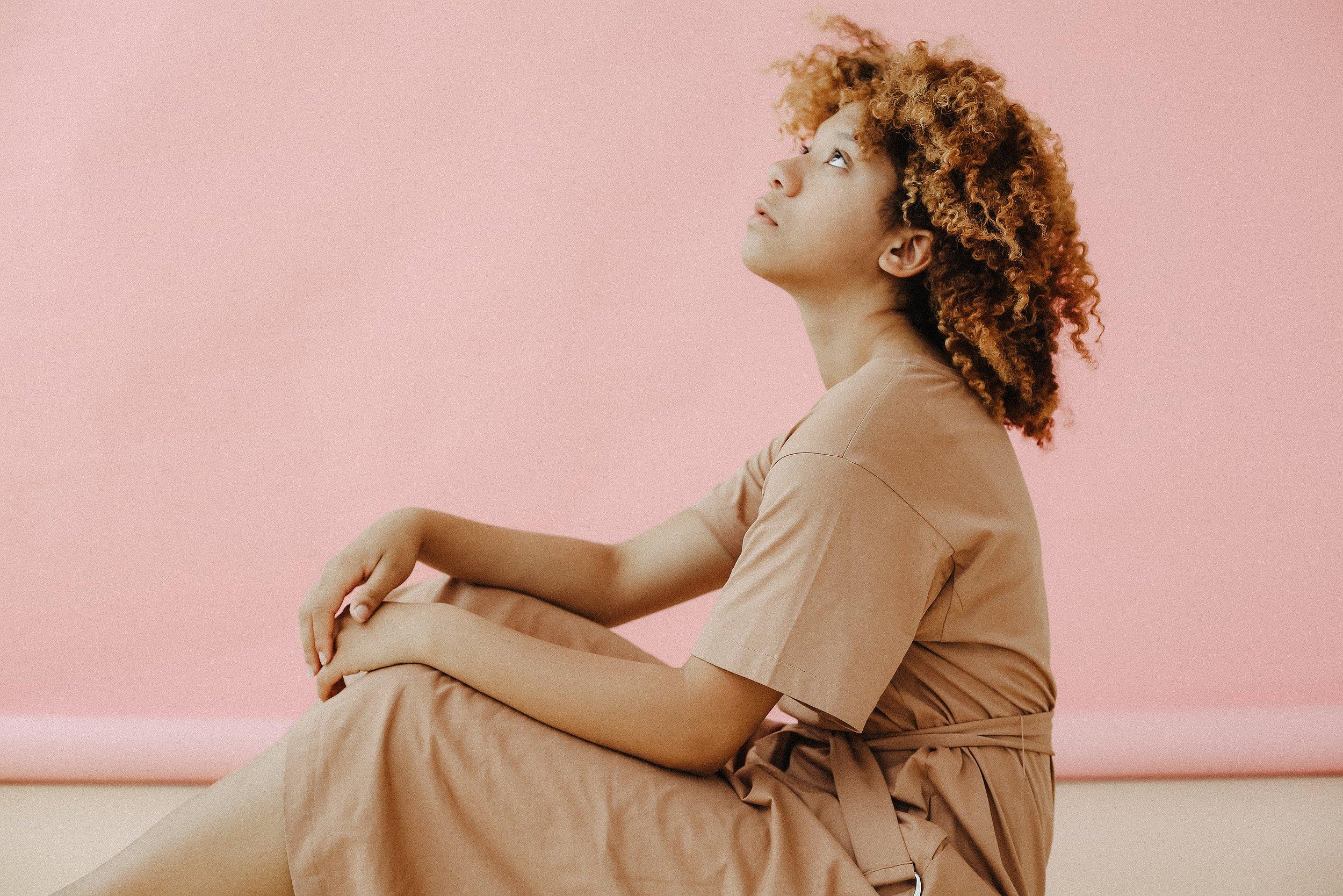 looking-up-sitting-woman-1588038.jpg
