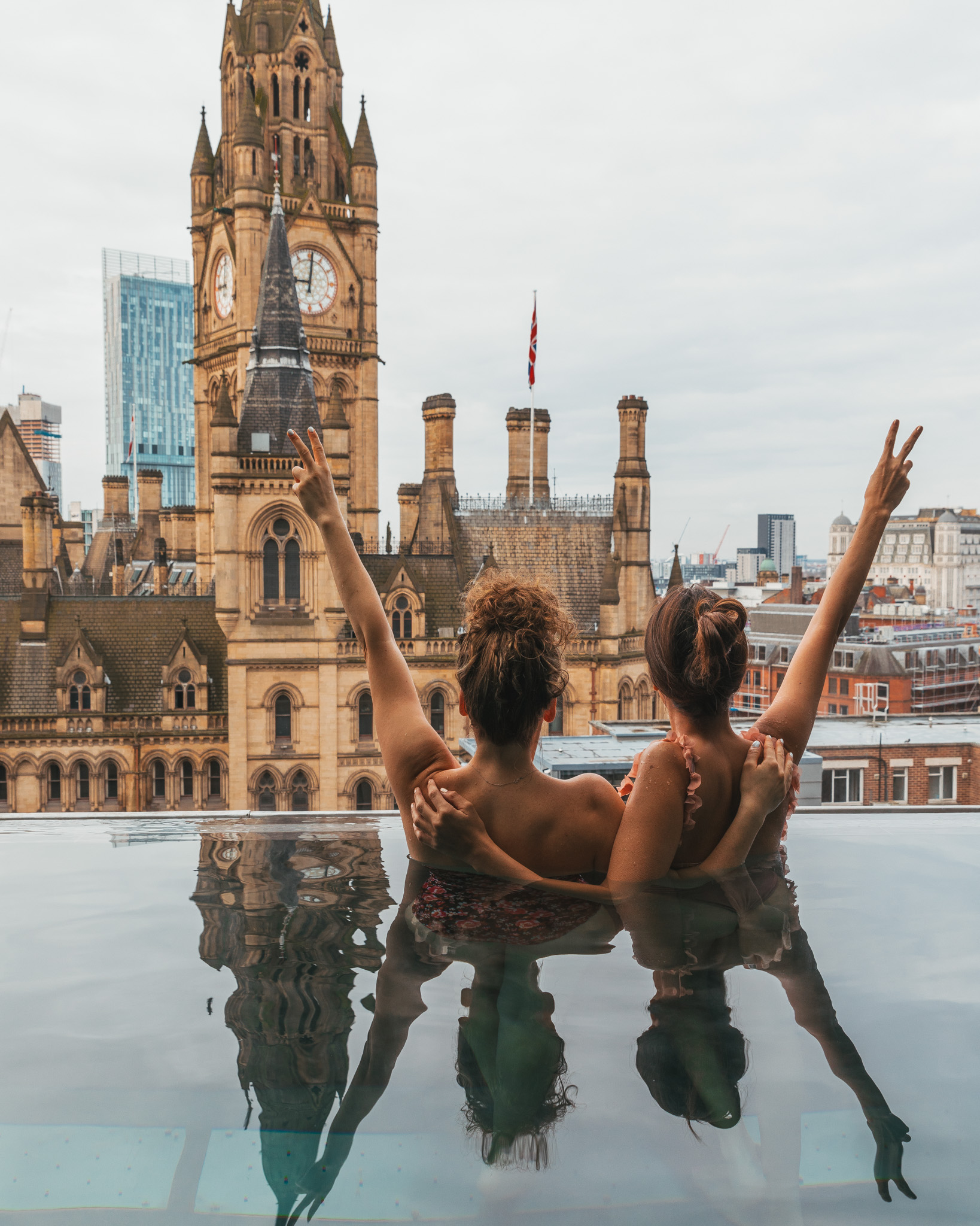 The pool with a view of Manchester Town Hall at King Street Townhouse // 11 INSTAGRAM-WORTHY PHOTO SPOTS IN MANCHESTER, ENGLAND // www.readysetjetset.net #readysetjetset #manchester #england #uk #unitedkingdom #cityguide #travel