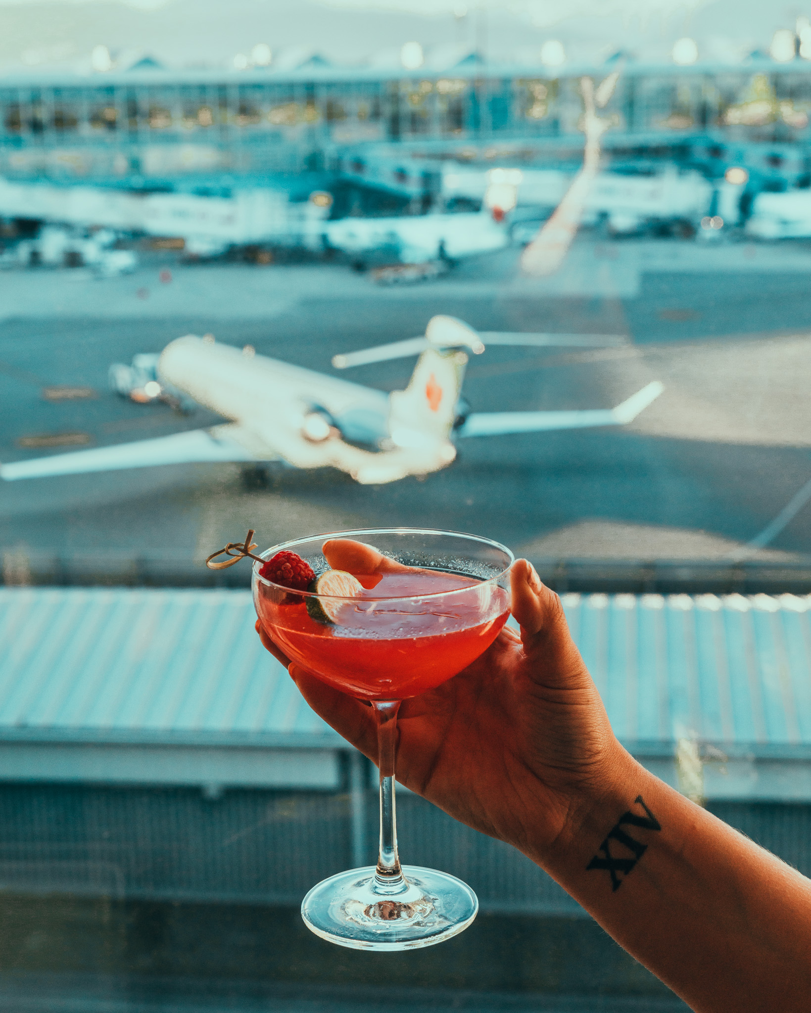 Jetside Bar cocktails at Fairmont Vancouver Airport // The Quick Guide to Visiting Vancouver, BC #readysetjetset