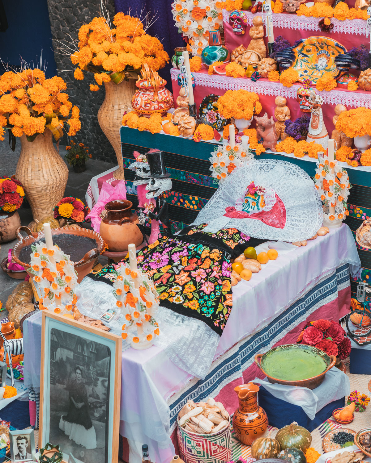 Frida Kahlo ofrenda // Mexico City Day of the Dead Parade // What to Do In Mexico City for Day of the Dead // www.readysetjetset.net #readysetjetset #mexicocity #dayofthedead #traveltips #blogtips