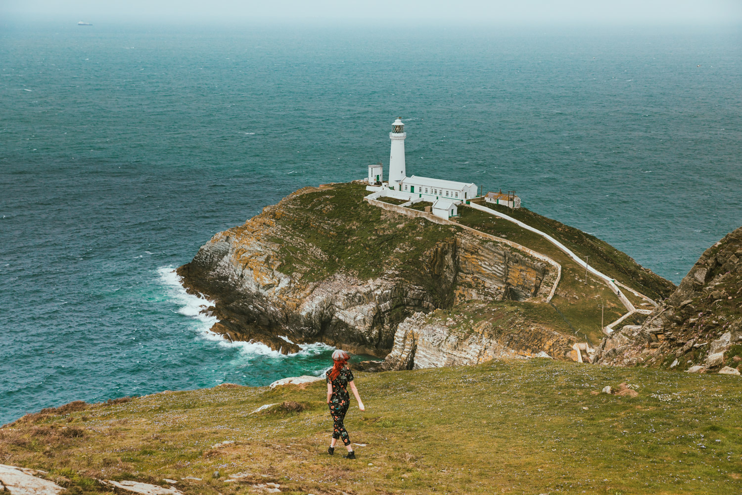 South Stack Lighthouse in Anglesey // The Most Beautiful Places to Visit in Wales // #readysetjetset #wales #uk #welsh #travel #photospots #blogpost