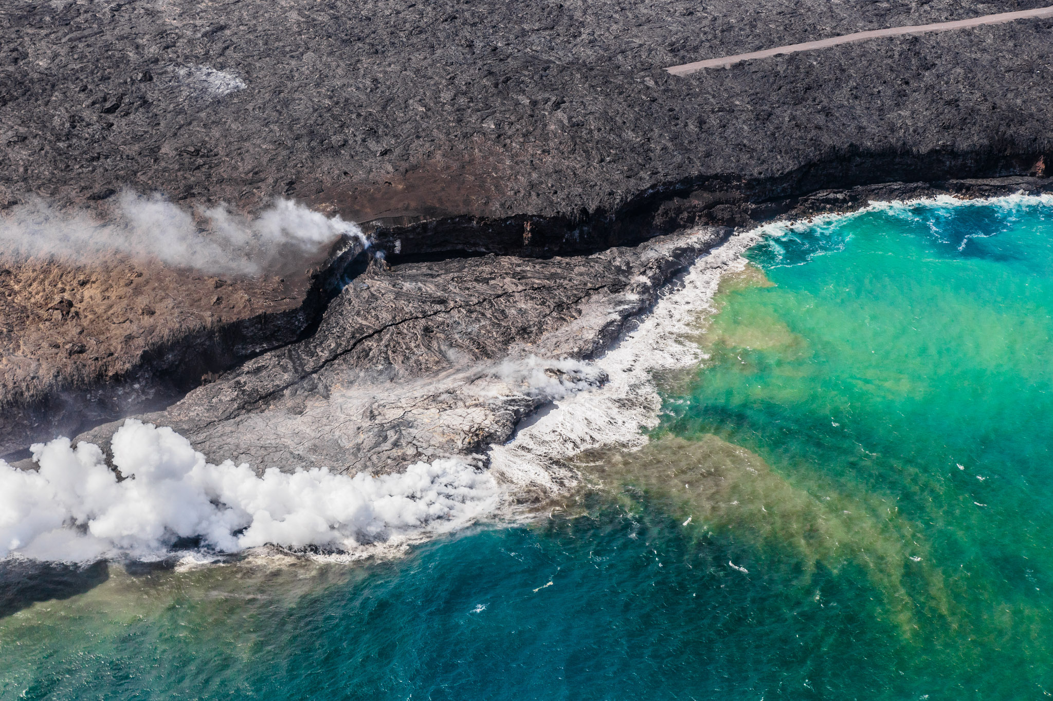 Helicopter flight over the Big Island lava flow // 10 Things You Have to Do on the Big Island of Hawaii // www.readysetjetset.net #readysetjetset #hawaii #bigisland #blogpost #hawaiiguide