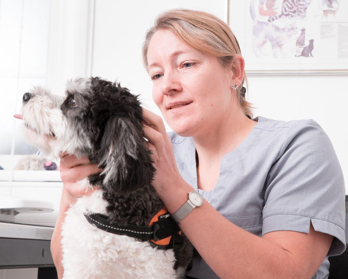 Tina og hund sort.jpg