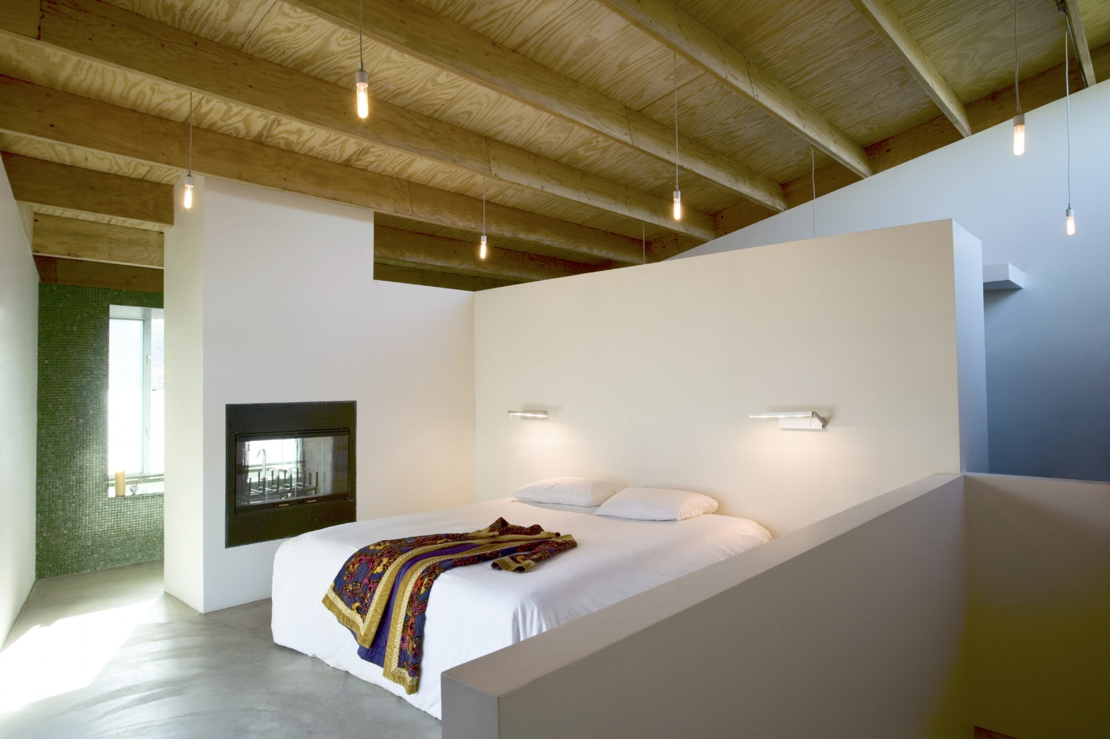 The master bedroom was conceived of as one open space under whose vaulted ceiling are found the bathroom and closet as well.
