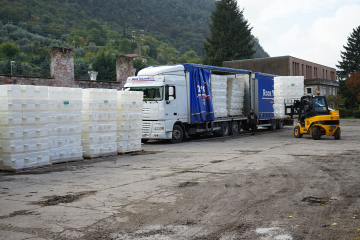 The first 8,000 polyethylene cubes are delivered to the temporary storage in Montecolino, Lake Iseo, October 2015