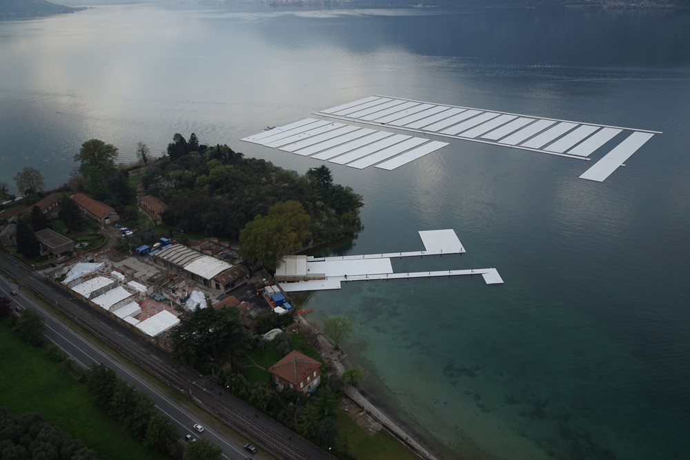 Aerial view of the project's building yard on the Montecolino peninsula (left) and the parking area for the thirty 100 by 16 meter sections on Lake Iseo (right), April 2016