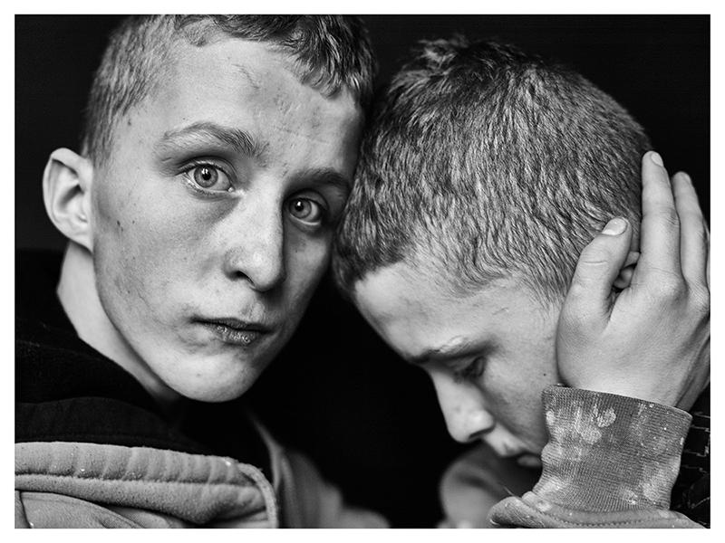 1. Adrian i Andrzej. Bliźniaki. Przytulanie 76x100.jpg