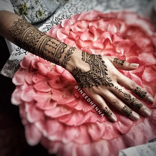 Bridal henna or bridesmaid henna? I think both!  #shaadi #shaadiideas #dulhan #bridesmaid #bridalhenna #bollywood #punjabi #desigirls #tiktokindia #weddinghenna #wedding #bridesmaid #deepveer #michigan #hennartistmi #hennadesign #weddingideas #mehendi #mehandi #7enna