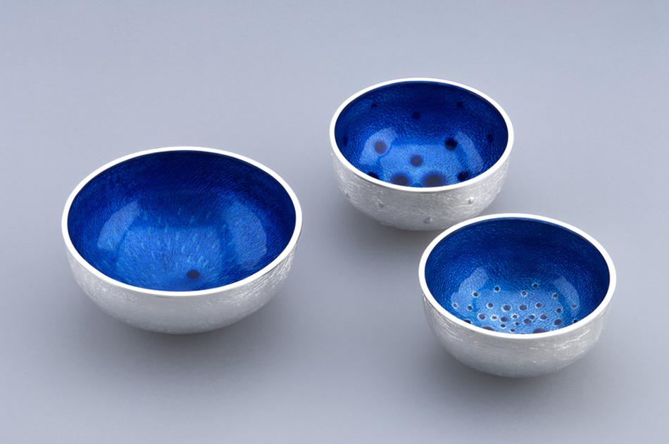 3_enamelled_bowls_wire_edge.jpg