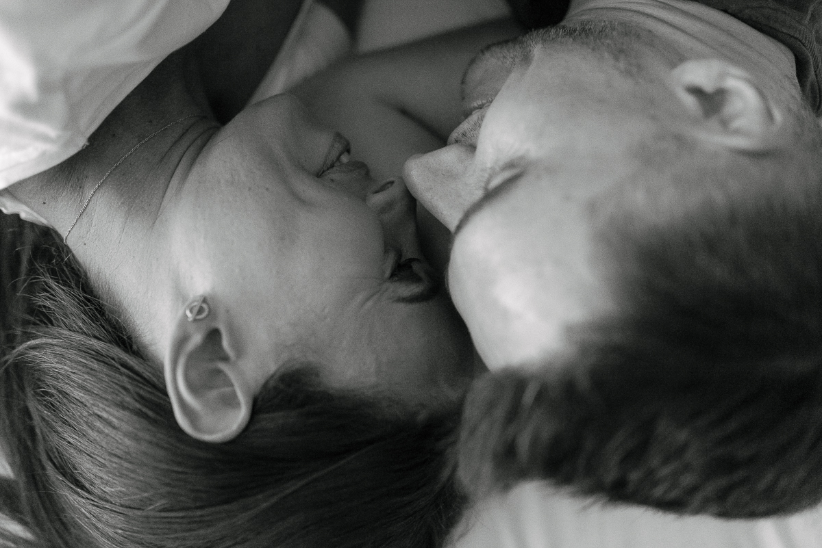 Photography-by-renata-intimate-at-home-engagement-session-in-bed7.JPG