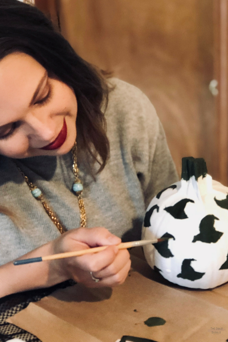 The-Daily-Bubbly-Chic-Ideas-for-Decorating-for-Halloween-Do-It-Yourself-Painted-Pumpkins-17.png