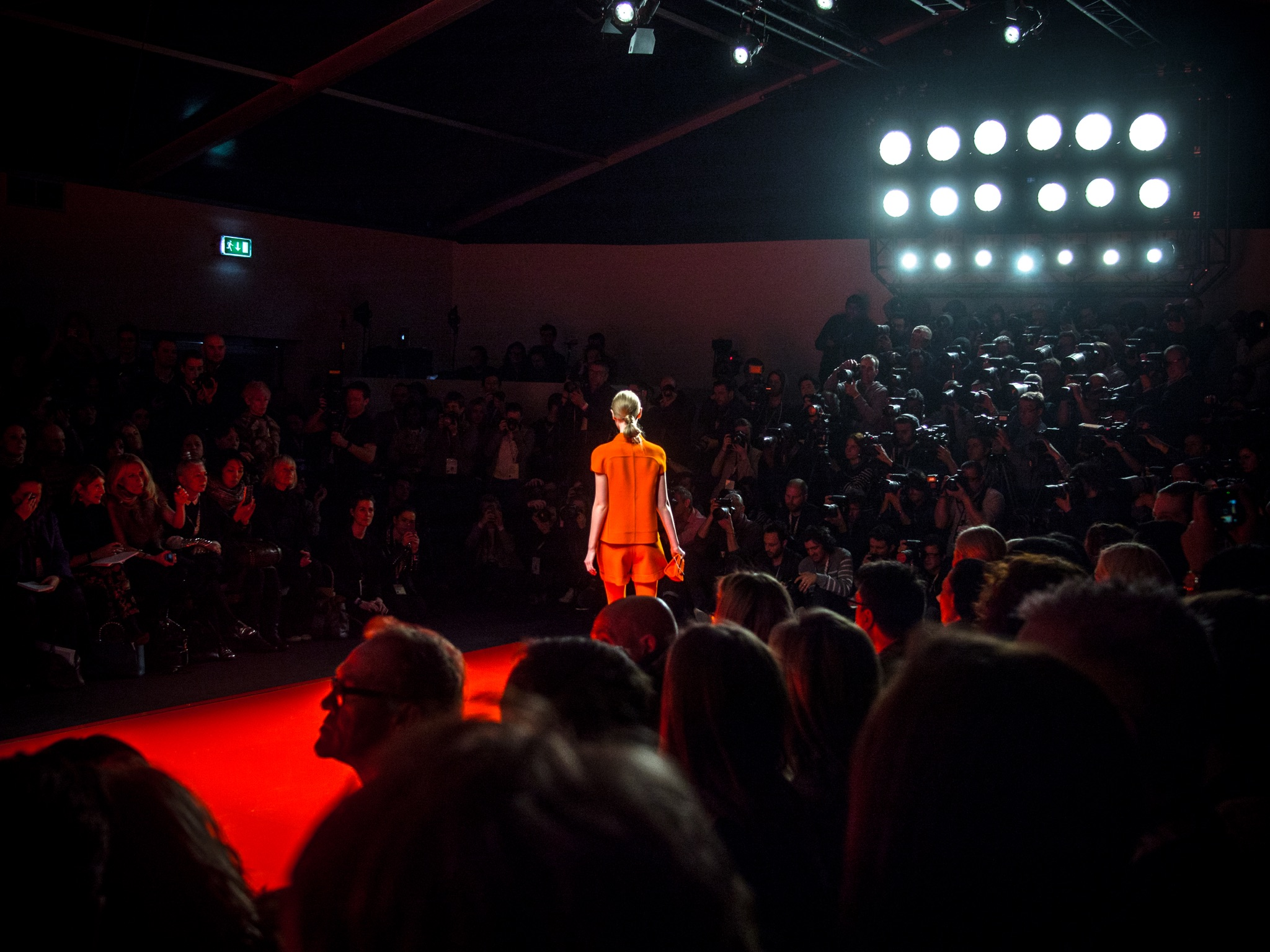 London Fashion Week LFW Runway Show Photography Photograph How to Model Walking Catwalk Youtube Video Guide Tutorial Jasper Conran Red