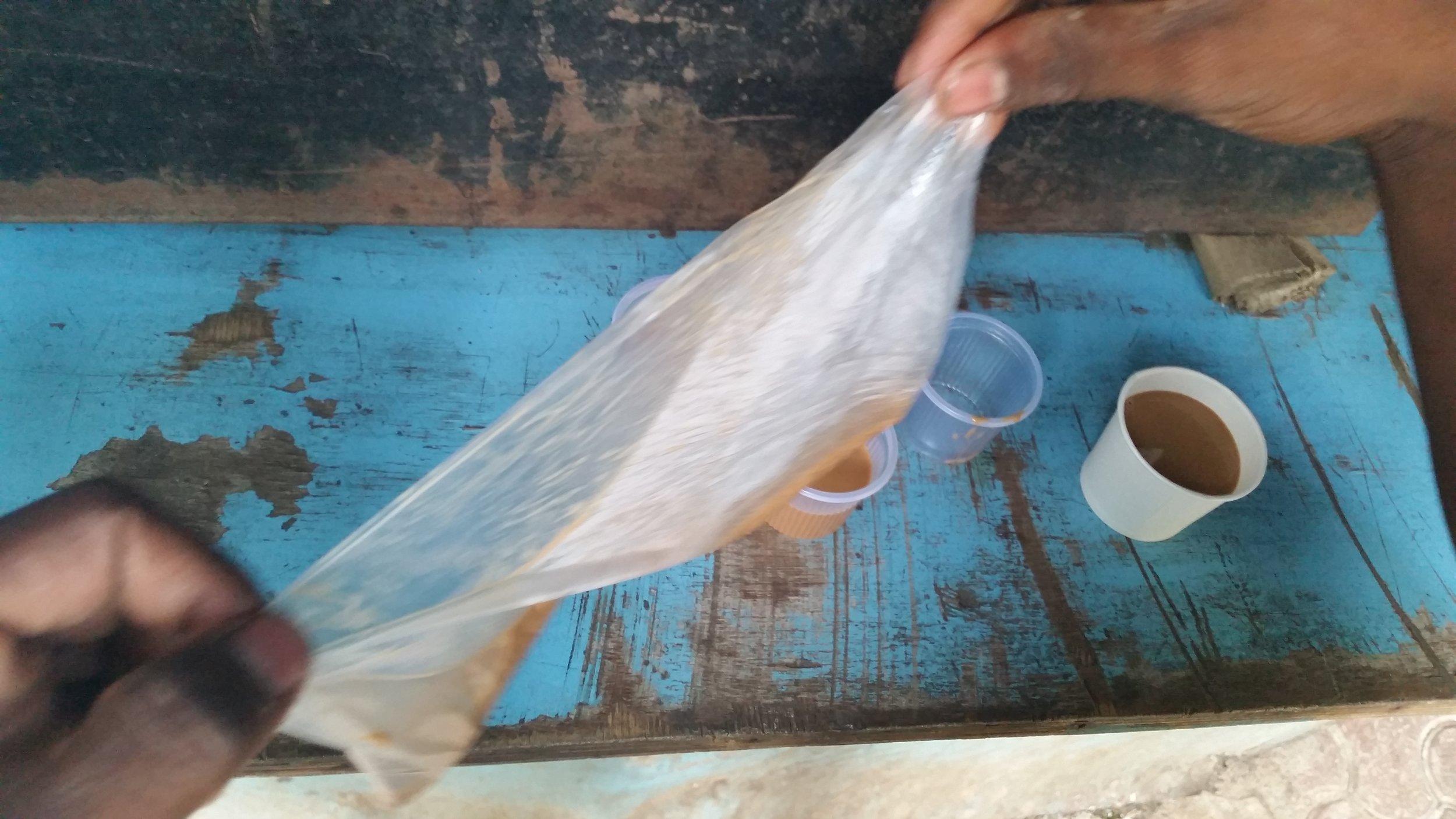 Chai kjøper man i en pose som fordeles i små kopper til alle.