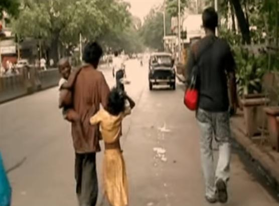 Screeenshot av video av Rida og Mariam som små barn på vei til sitt nye hjem
