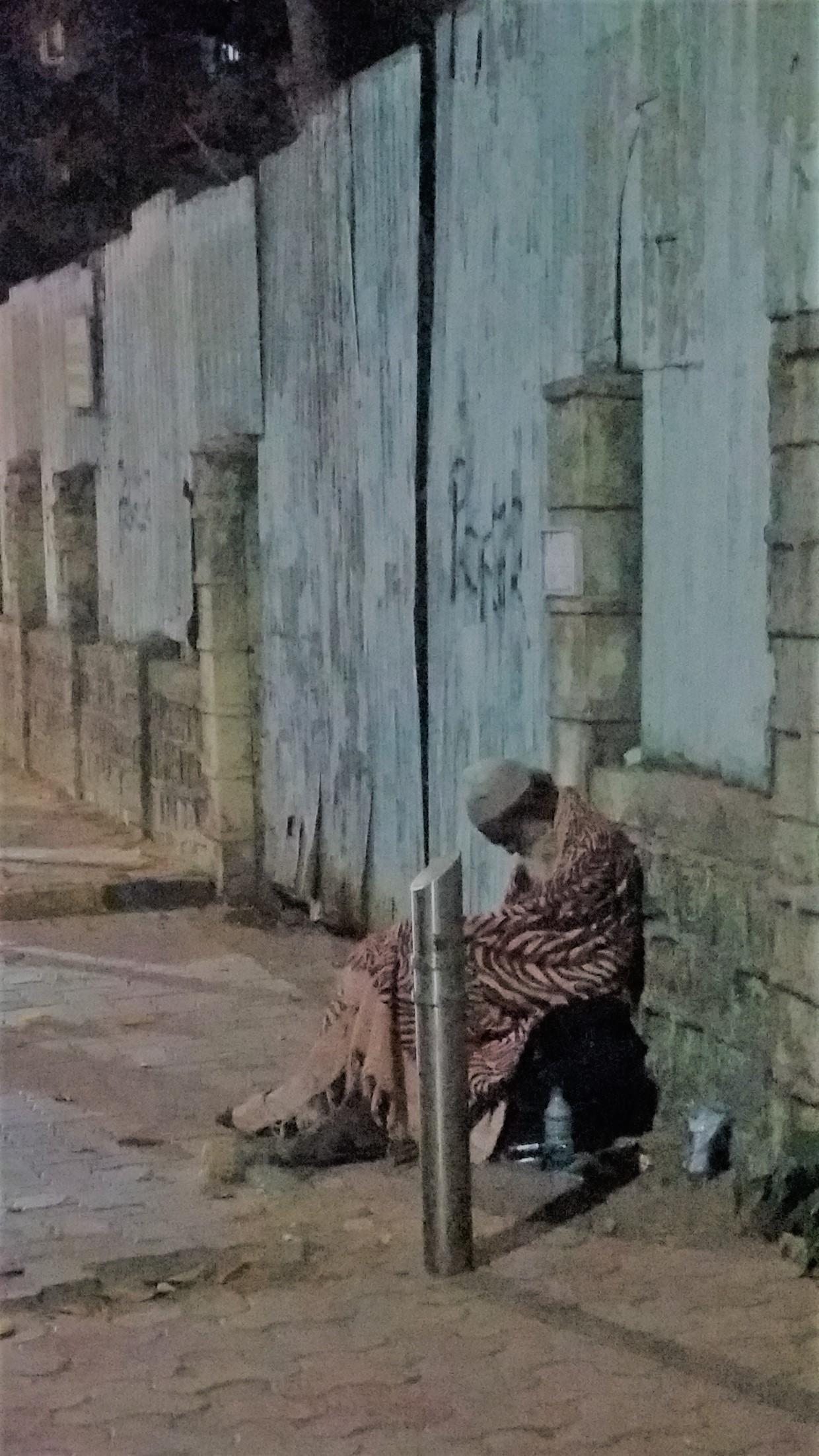 Random bilde av ensom og fattig bestefar