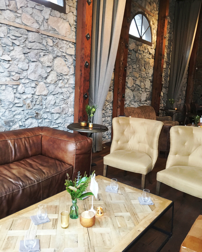 How rustic modern and cozy is the decor in Pangloss cellars?