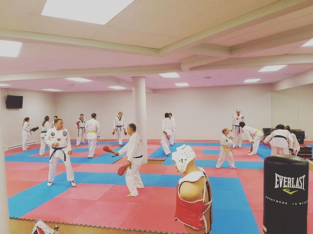 Deux supers de bons cours ce mardi avec Martin Thibault et Bobby Aubé (1 de combat et 1 technique)! La session commence bien :) On se remet en forme et on ne lâche pas la patate 🥔! #taekwondo #martialarts #quebec #charlesbourg