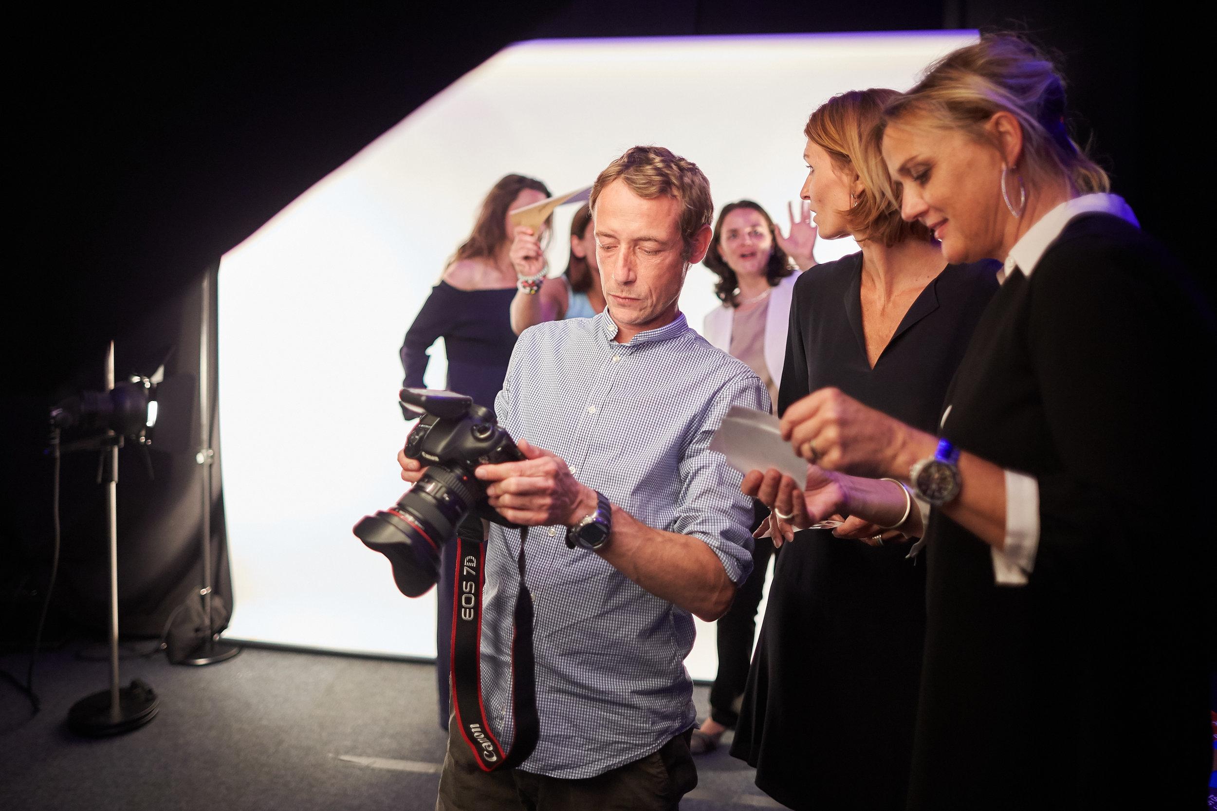 Gäste haben bei der shoot and print Station die Gelegenheit, ihr Lieblingsfoto, das ausgedruckt werden soll, auszuwählen.