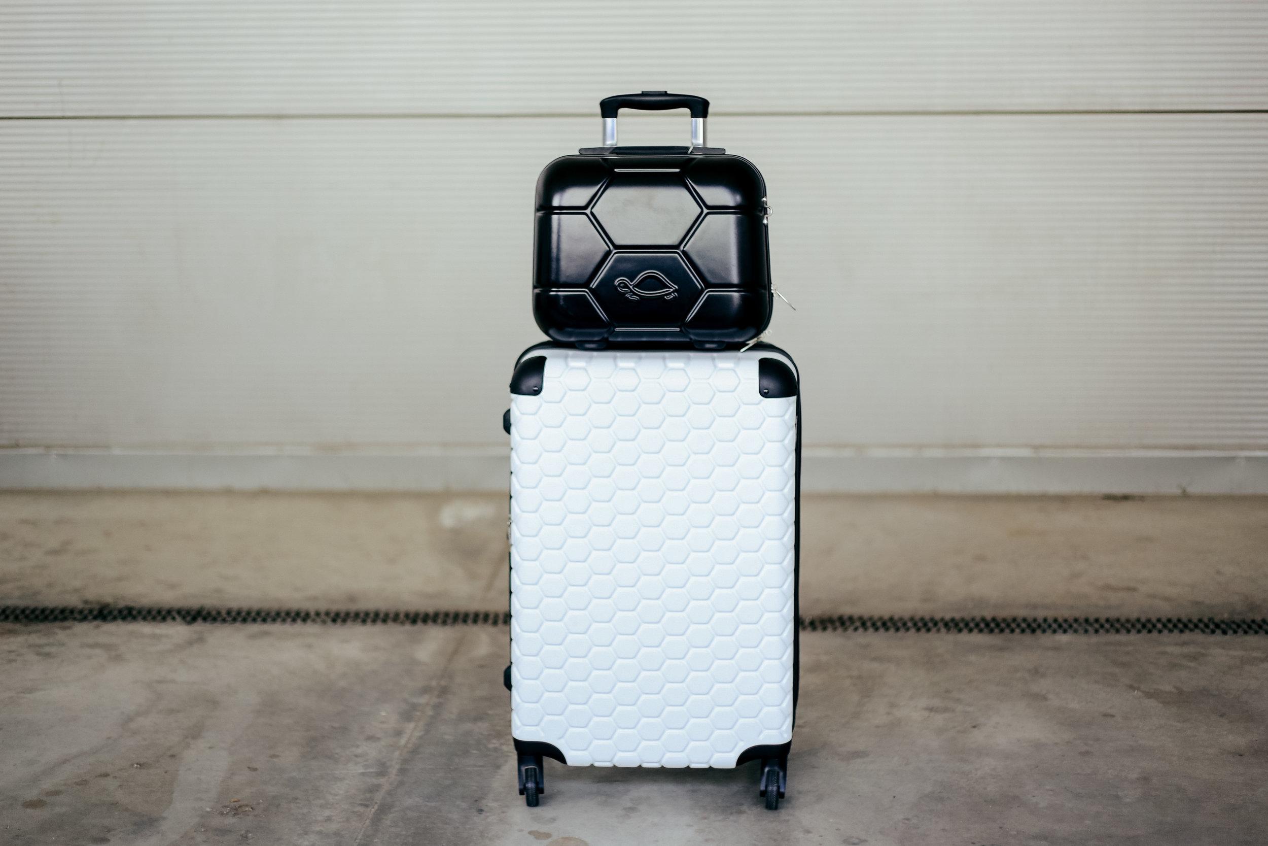 Мал црн куфер= 1990 денари